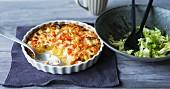 Möhren-Kartoffel-Gratin mit Knollensellerie und frischem Salat