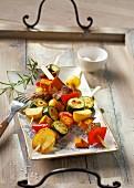 Marinierte Fleischspieße mit Kartoffeln und buntem Gemüse