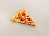 Ein Stück Pizza mit Hackbällchen, Paprika und gefülltem Rand
