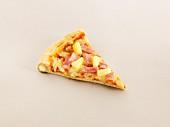 Ein Stück Pizza mit Schinken, Ananas und gefülltem Rand