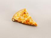 Ein Stück Käsepizza mt gefülltem Rand