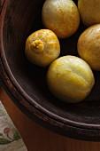 Frische Zitronengurken in einer Holzschüssel
