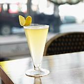 Cocktail mit Gin, Zitrone und Bier