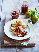 Grünes Tomatenchutney und Baguettescheiben