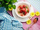 Dessert mit Erdbeercreme & frischen Erdbeeren