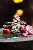 Weihnachtskekse in Tannenbaumform