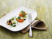 Lachshäppchen mit Gurkenkugeln und Minimozzarella