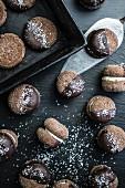 Schokoladenkekse mit Cremefüllung und Kokosraspeln