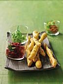 Curry-Sesam-Stangen mit Gemüsedips