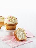 Vanillecupcakes, ganz und halbiert