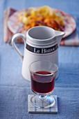 Rotweinglas vor Nudelgericht im Bistro