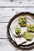 Crispbread spread with avocado and chilli cream