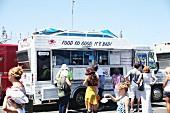 Kunden kaufen Fast Food bei einem Food Truck Festival in Kalifornien, USA