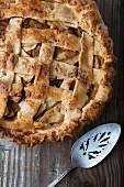 Applepie auf Holzuntergrund mit Kuchenheber