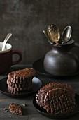 Gestapelte Schokoladenkekse und Krug mit Besteck