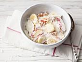 Joghurt mit Birnen, Banane, getrockneten Datteln und Kokosflocken