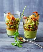 Scharfe Garnelen mit Avocadocreme, Chili, Koriander und frischen Gurken