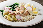 Wheat salad with tuna, potatoes and egg