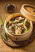 Dim Sum (Gedämpfte Teigtäschchen mit einer Füllung aus Shrimps, Schwein- und Hähnchenfleisch, China)