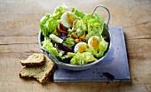 Kopfsalat mit Zwiebeln, Eiern und Miesmuscheln