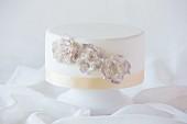 weiße Hochzeitstorte mit Blumenverzierung