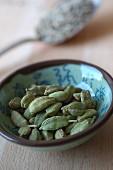 Grüner Kardamom im Keramikschälchen