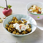 Cruchy spelt flakes with muesli with apples, soya yoghurt and almonds