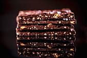 Schokoladen-Haselnuss-Stücke, gestapelt