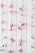 Romantische Buffetdeko aus Bändern mit rosa und weissen Blüten