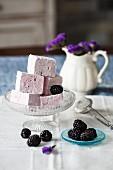 Blackberry marshmallows and fresh blackberries