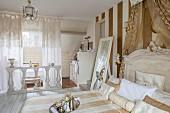 Elegantes Schlafzimmer mit Bad Ensuite, abgetrennt mit weißer Balustrade und Spitzengardinen