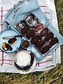 Schokoladen-Madeleines mit Mascarpone und Marmelade