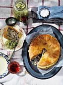 Hähnchenpie mit Sellerie-Kohlrabi-Salat