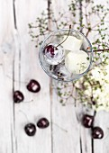 Eiswürfel mit Kirschen im Glas