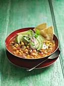 Bohnensuppe mit Mais, Avocado und Tortillachips (Mexiko)