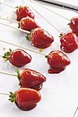 Karamellisierte Erdbeeren auf Spiessen