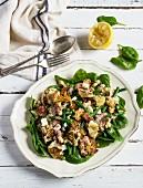 Cauliflower and spinach salad with green beans, peas and bacon