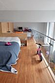 Schlafbereich und Arbeitsbereich mit Einbaumöbeln aus OSB-Platten abgetrennt, Glasbrüstung und Edelstahl-Handlauf