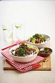 Knuspriges Rindfleisch auf Reis mit Gremolata