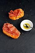 Pan Tumaca (Tomatenbrot, Spanien) mit Olivenöl und Serrranoschinken