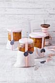 Marmelade in Pergamenttüte als Geschenk