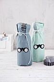 Flaschen im Papiermantel als Geschenk