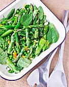 Grüner Spargel mit Erbsen und Minze