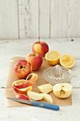 Äpfel (Sorte Gala), teilweise geschält