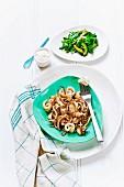 Würziger, frittierter Tintenfisch mit Knoblauchdip und grünem Asiasalat