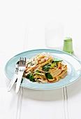 Reisnudel-Hähnchen-Salat mit Pakchoi und Kokoschips