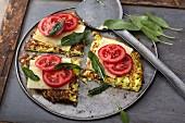Vegetarische Pastinaken-Puffer mit Käse, Tomaten und Salbei