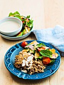Libanesischer Bulgur-Hackfleisch-Auflauf mit Tahinisauce und Fattoush-Salat