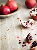 Granatäpfel, ganz und aufgeschnitten