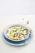 Nudeln mit Zitronen-Lavendel-Cremesauce und grünem Spargel